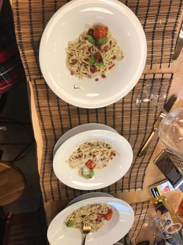 Tagliolini cu trufe negre in sos de ciuperci champignon si tartar de jamon serano.
